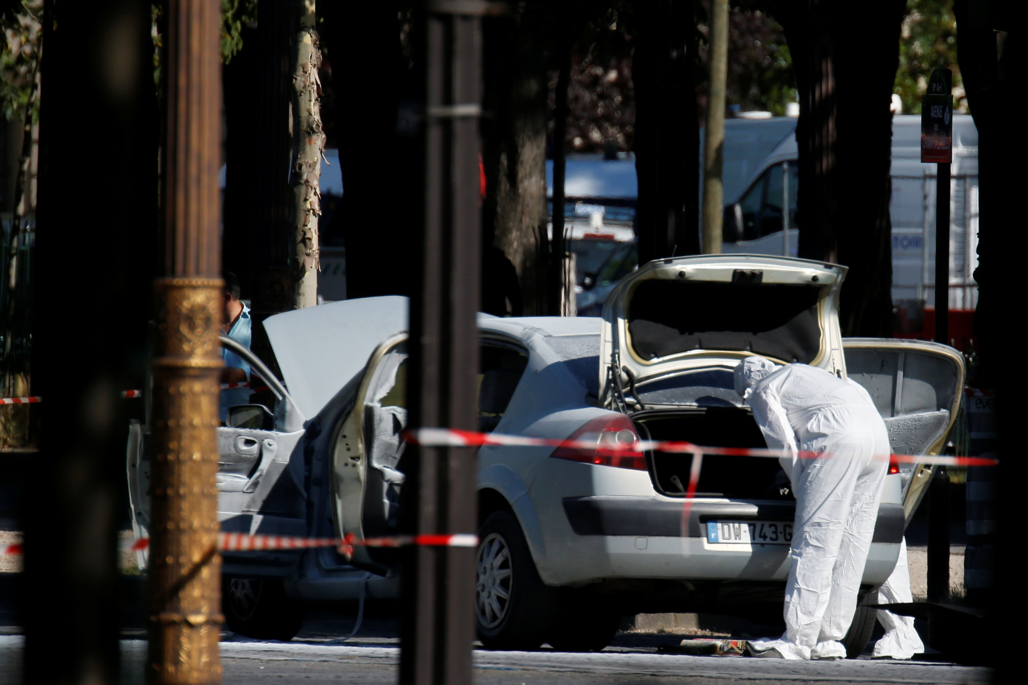 جانب من انفجار الشانزليزيه وسط العاصمة الفرنسية باريس