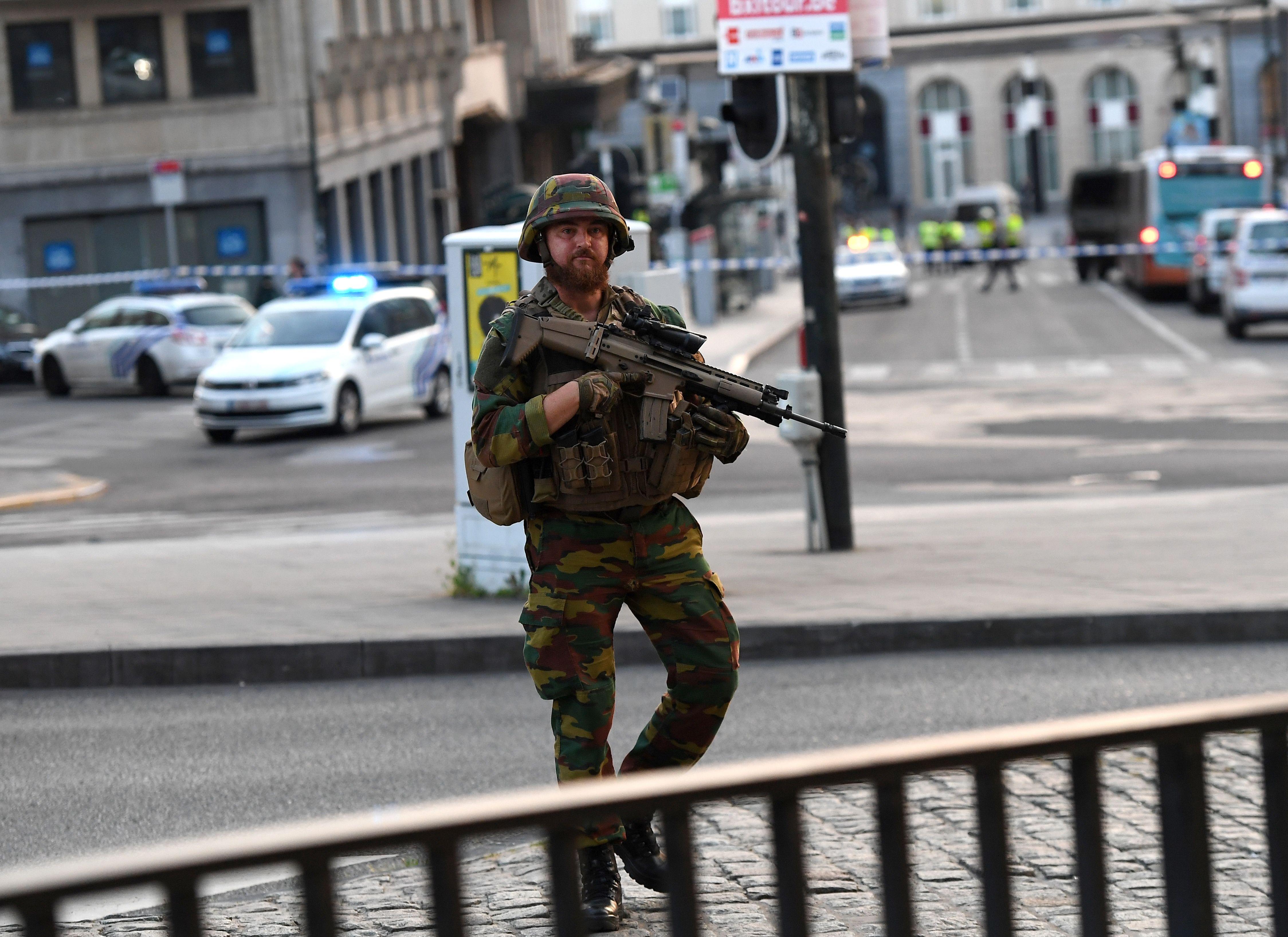 جندى يقف فى موقع الحادث