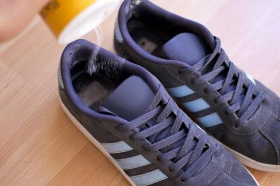 ينهى رائحة الأحذية الكريهة