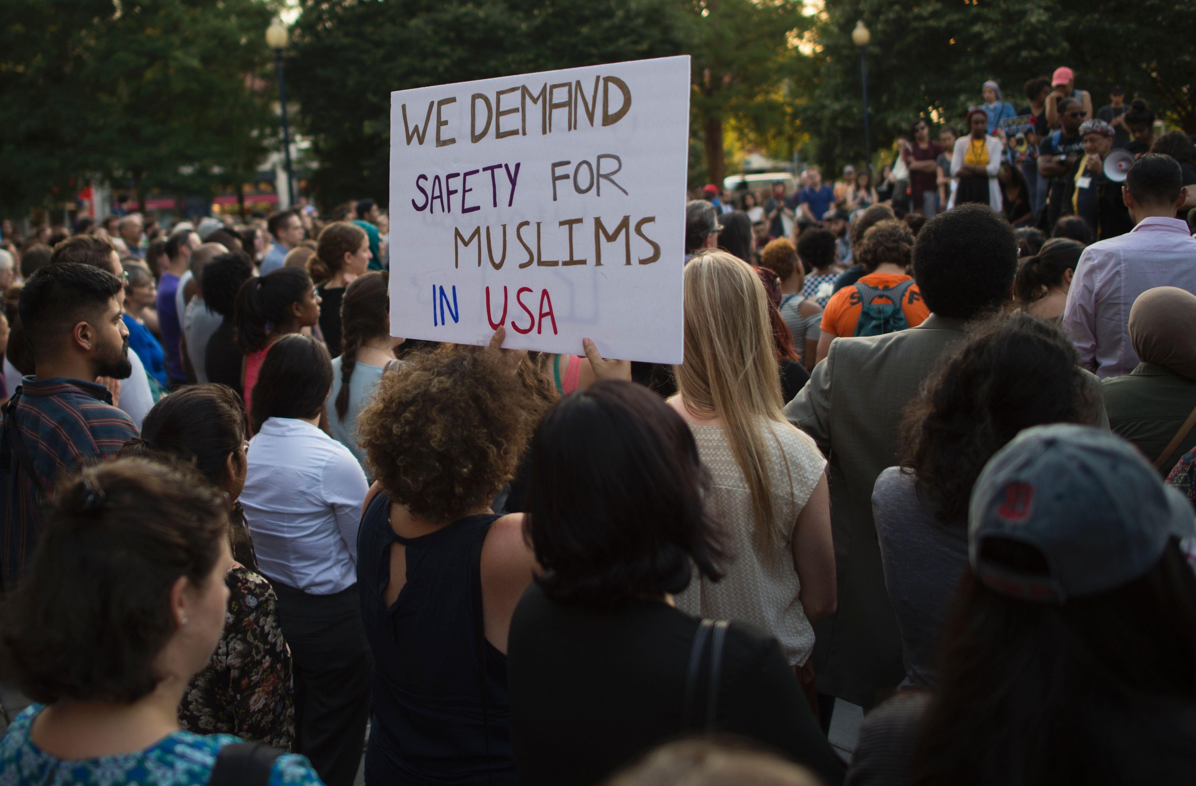 """نتيجة بحث الصور عن أمريكيون يتظاهرون تضامنا مع مقتل المصرية """"نبرة حسانين"""" بولاية فرجينيا"""