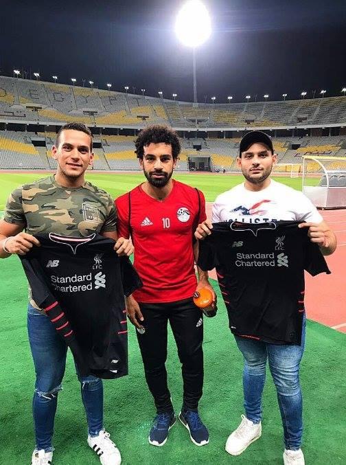 محمد صلاح مع مشجعي ليفربول في ملعب برج العرب