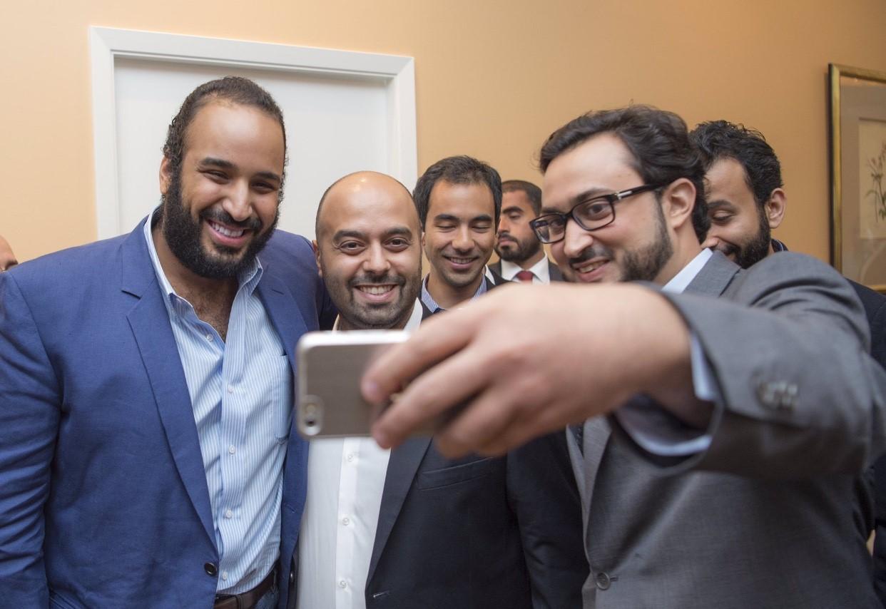 محمد بن سلمان يلتقط سيلفى خلال زيارته لأمريكا