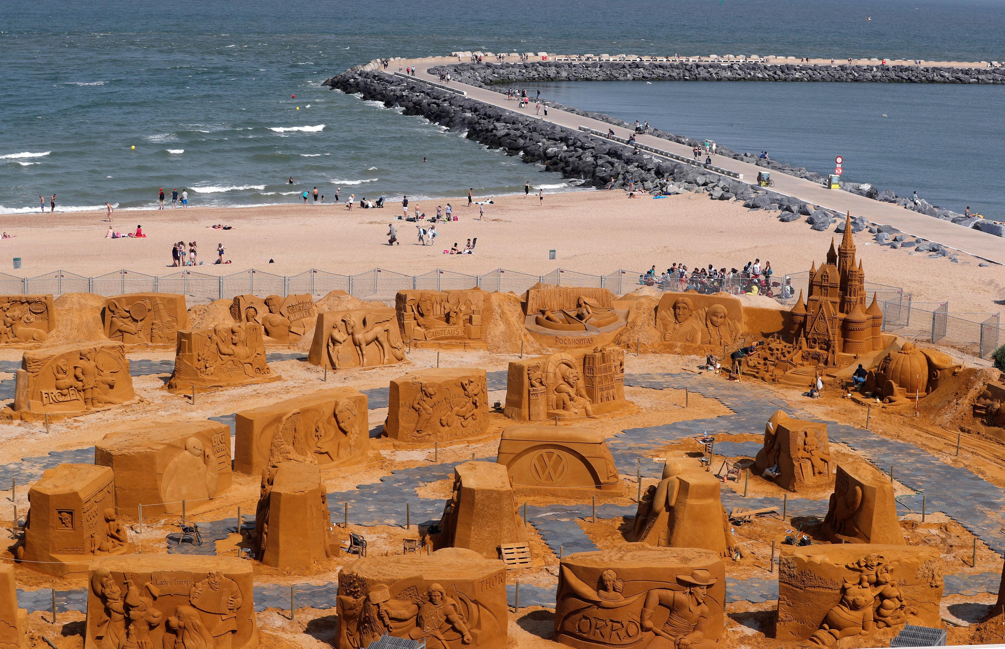جانب من التماثيل الرملية