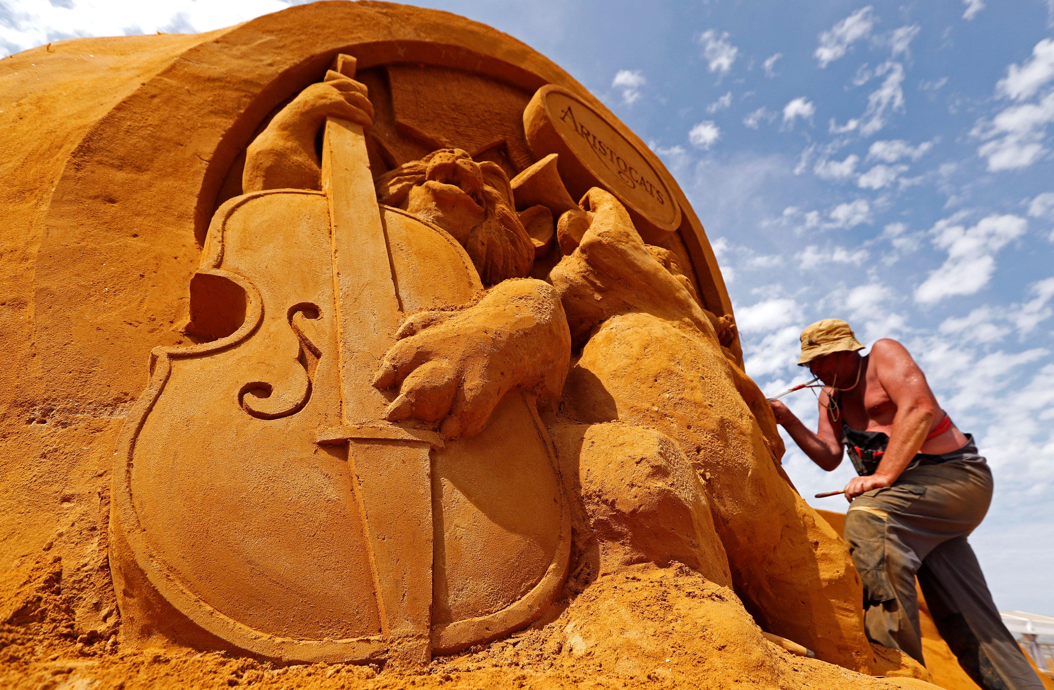 تمثال رملى على شكل ألة موسيقية