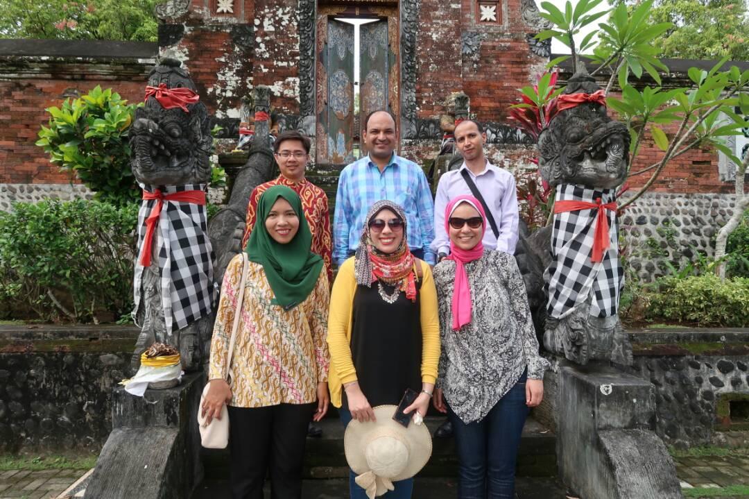 الوفد الصحفى مع أعضاء السفارة الإندونيسية فى معبد نارمدا