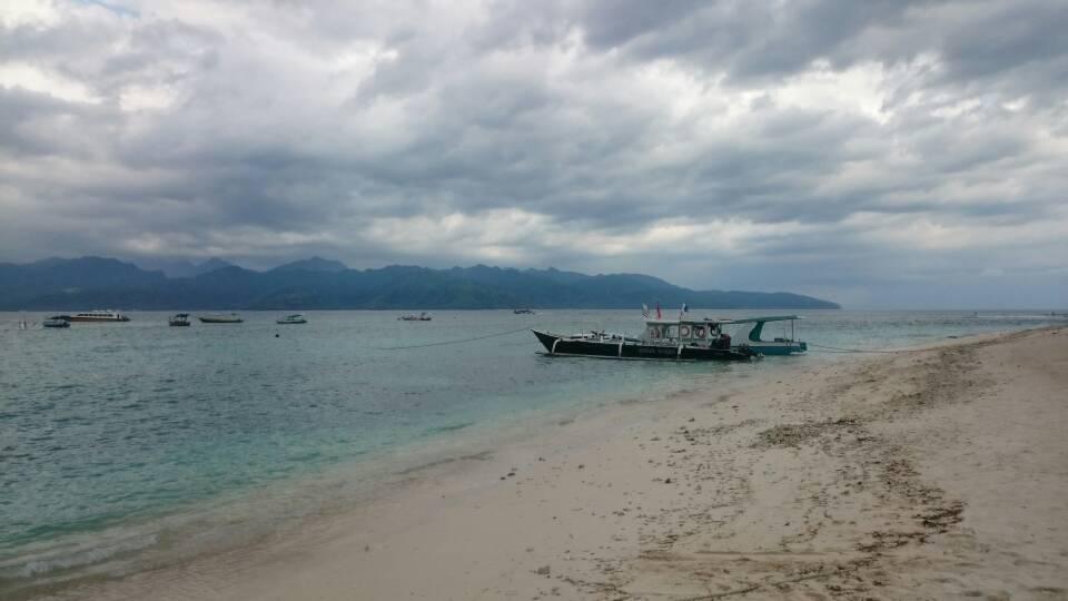 أحد شواطئ الجزيرة
