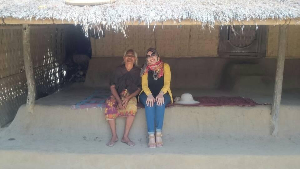 محررة اليوم السابع مع إحدى الساكنات فى القرية