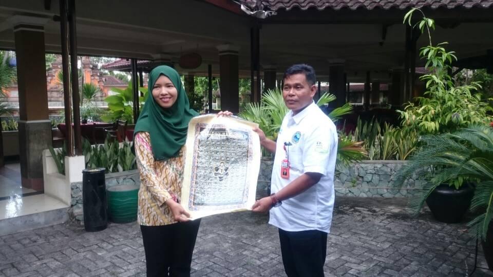 لا لو فوزال، مدير قسم السياحة بمحافظة نوسا تنجارا الغربية الإندونيسية مع مسئولة بالسفارة الإندونيسية