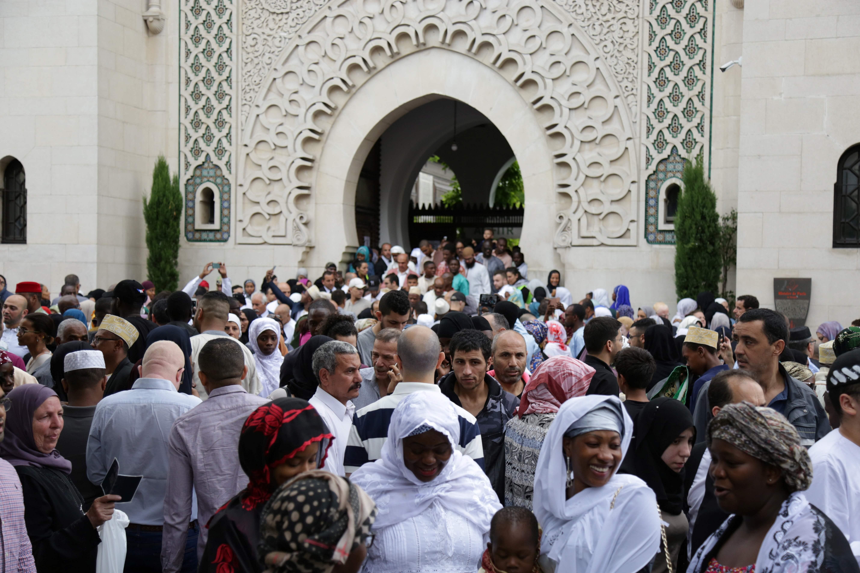المصلون فى المسجد الكبير