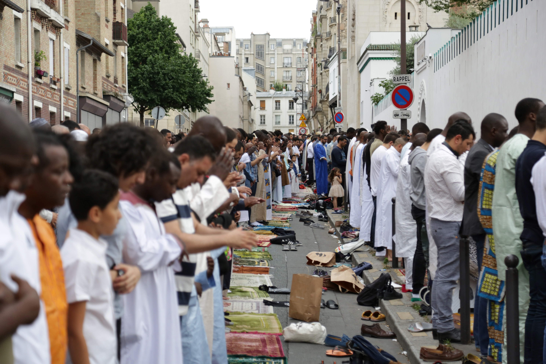 المسلمون يقيمون صلاة العيد