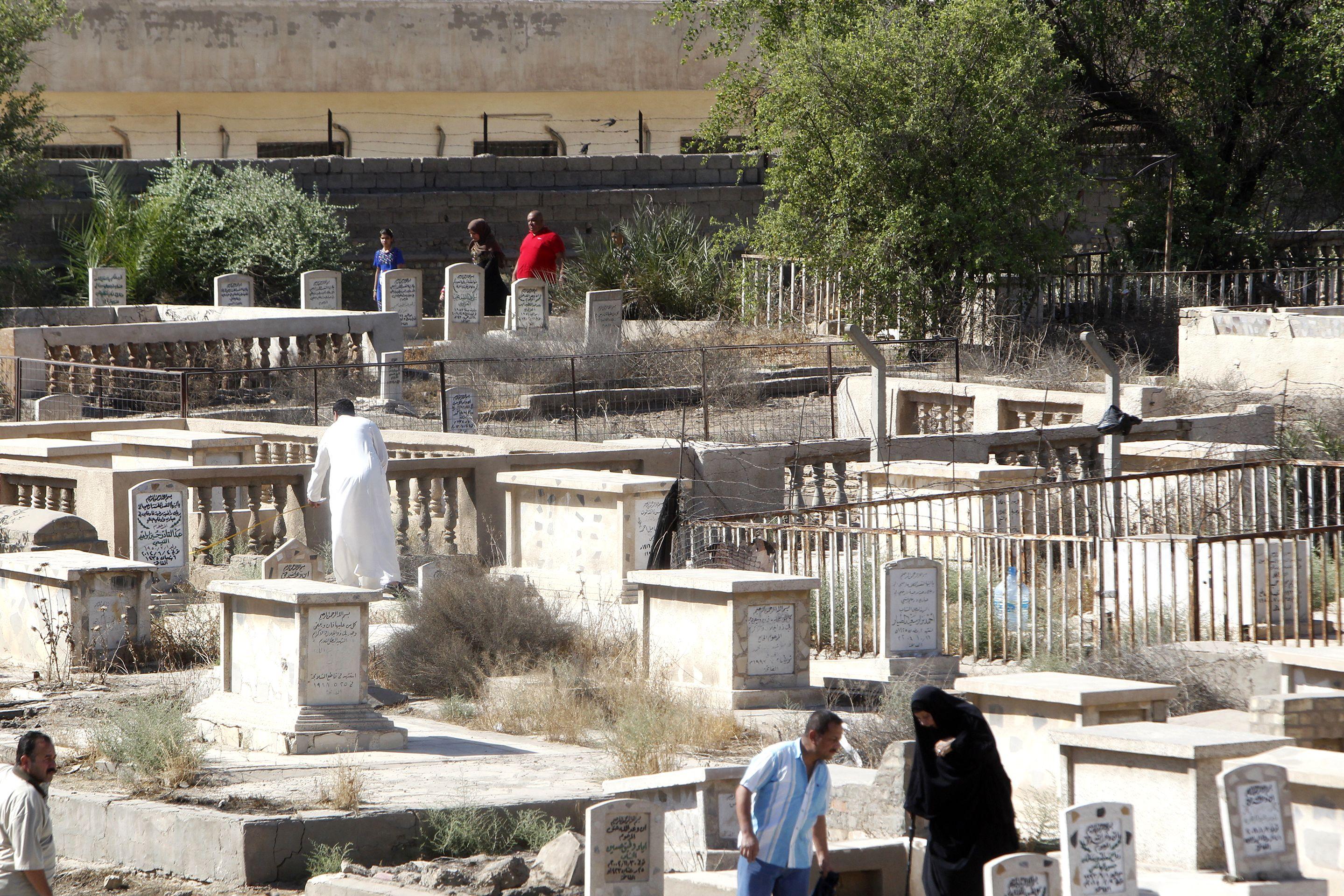 جانب من زيارة العراقيون للمقابر