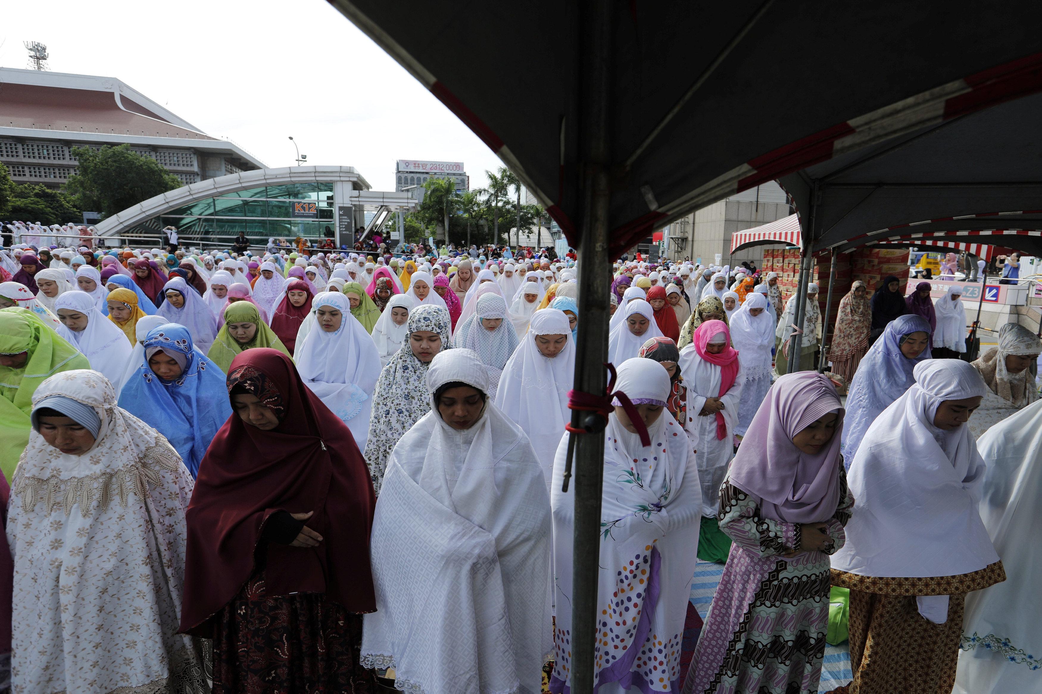مسلمات تايوان يصلون العيد