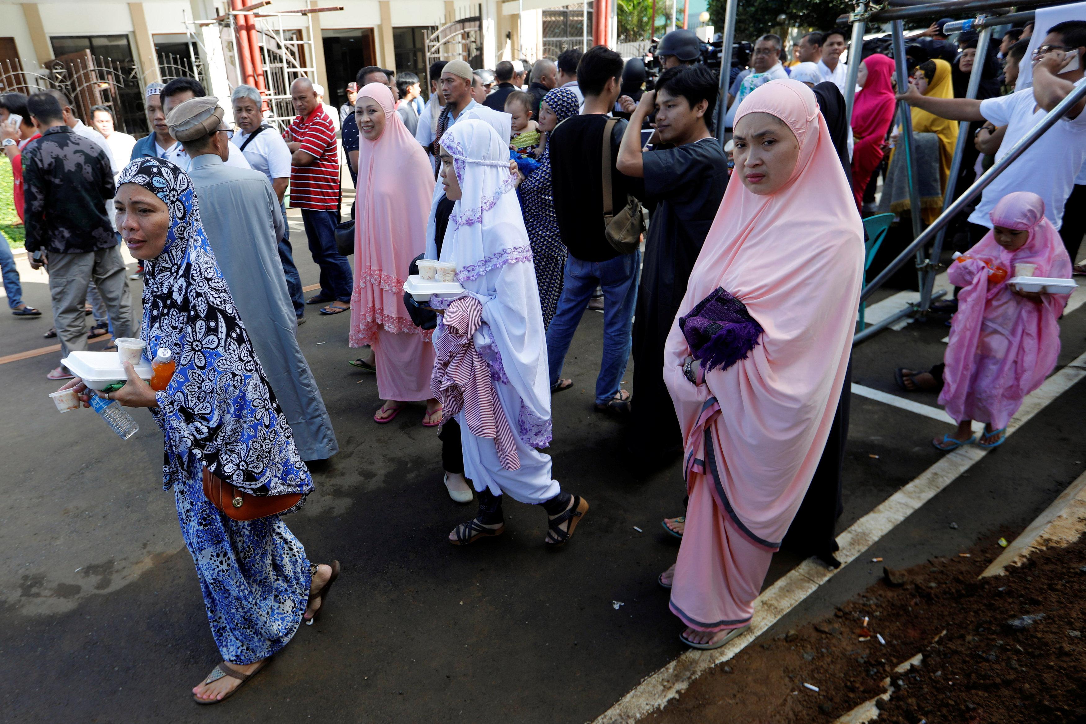 ملسمو الفلبين ذاهبون لاداء صلاة عيد الفطر
