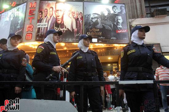 الشرطة النسائية تؤمن سينمات وسط البلد (5)