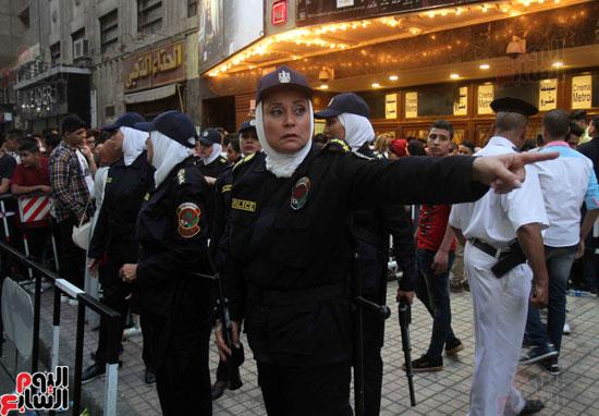 الشرطة النسائية تؤمن سينمات وسط البلد (4)