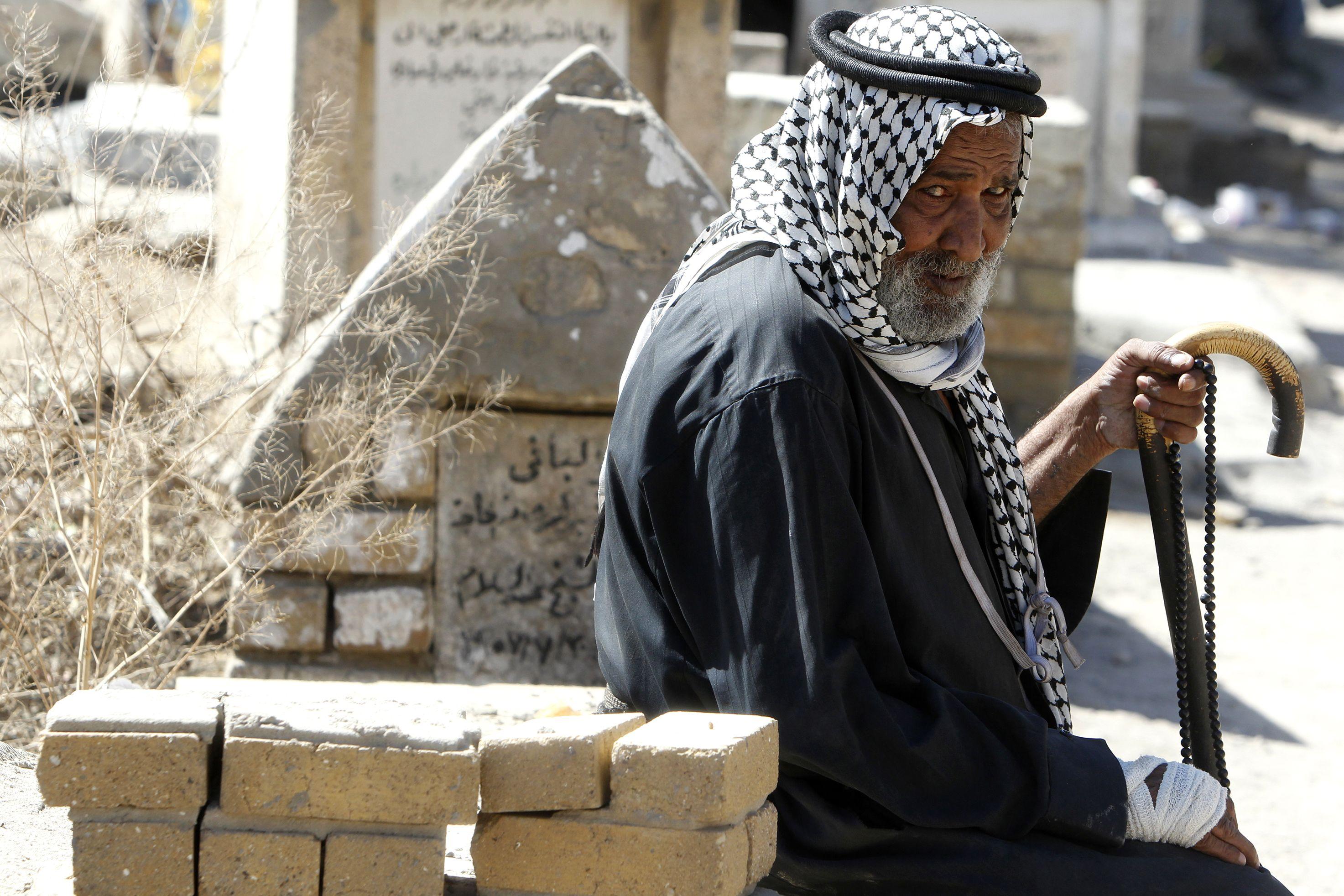 عراقى مسن يزور القبور