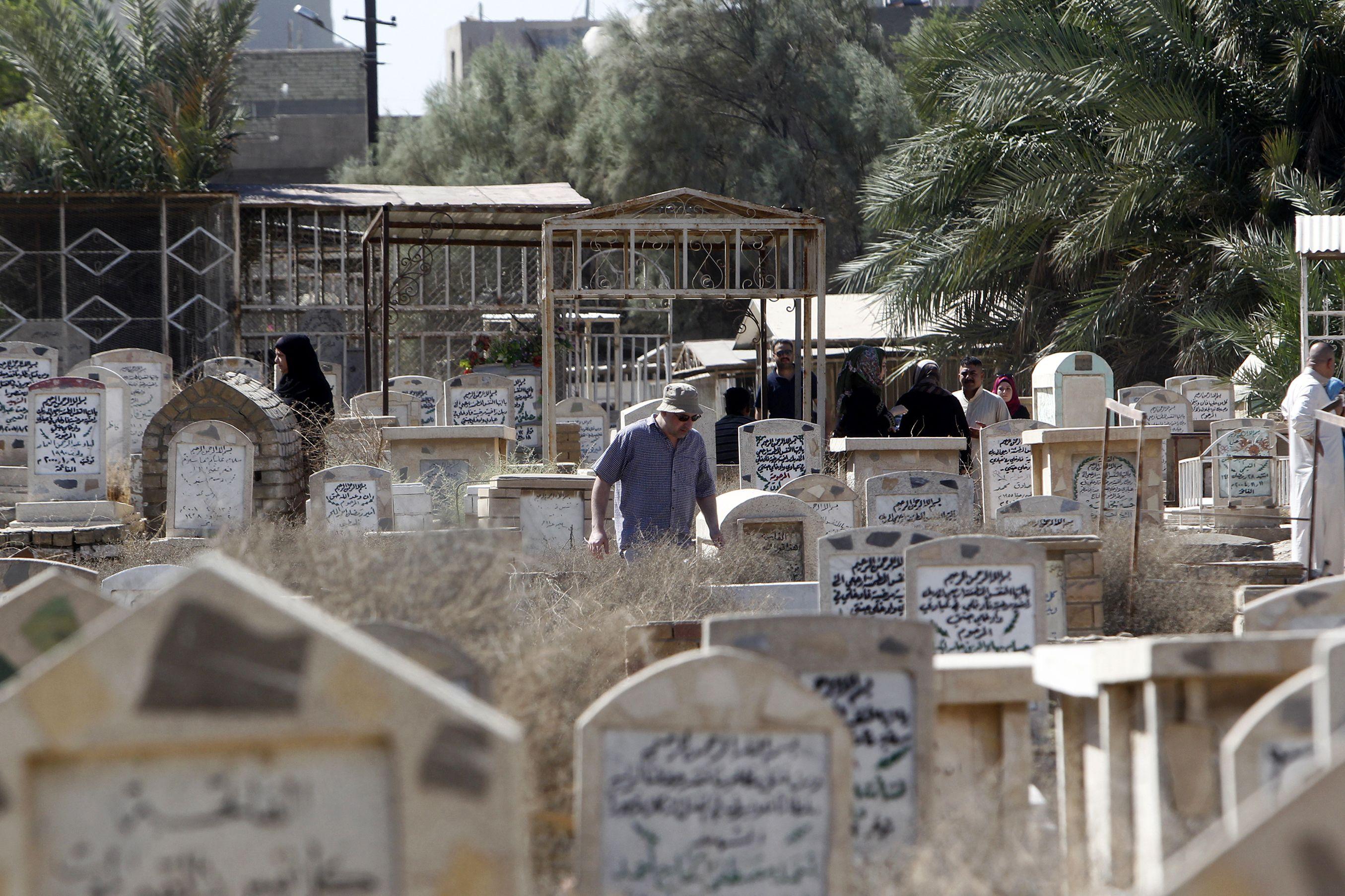 توافد العراقيون على المقابر