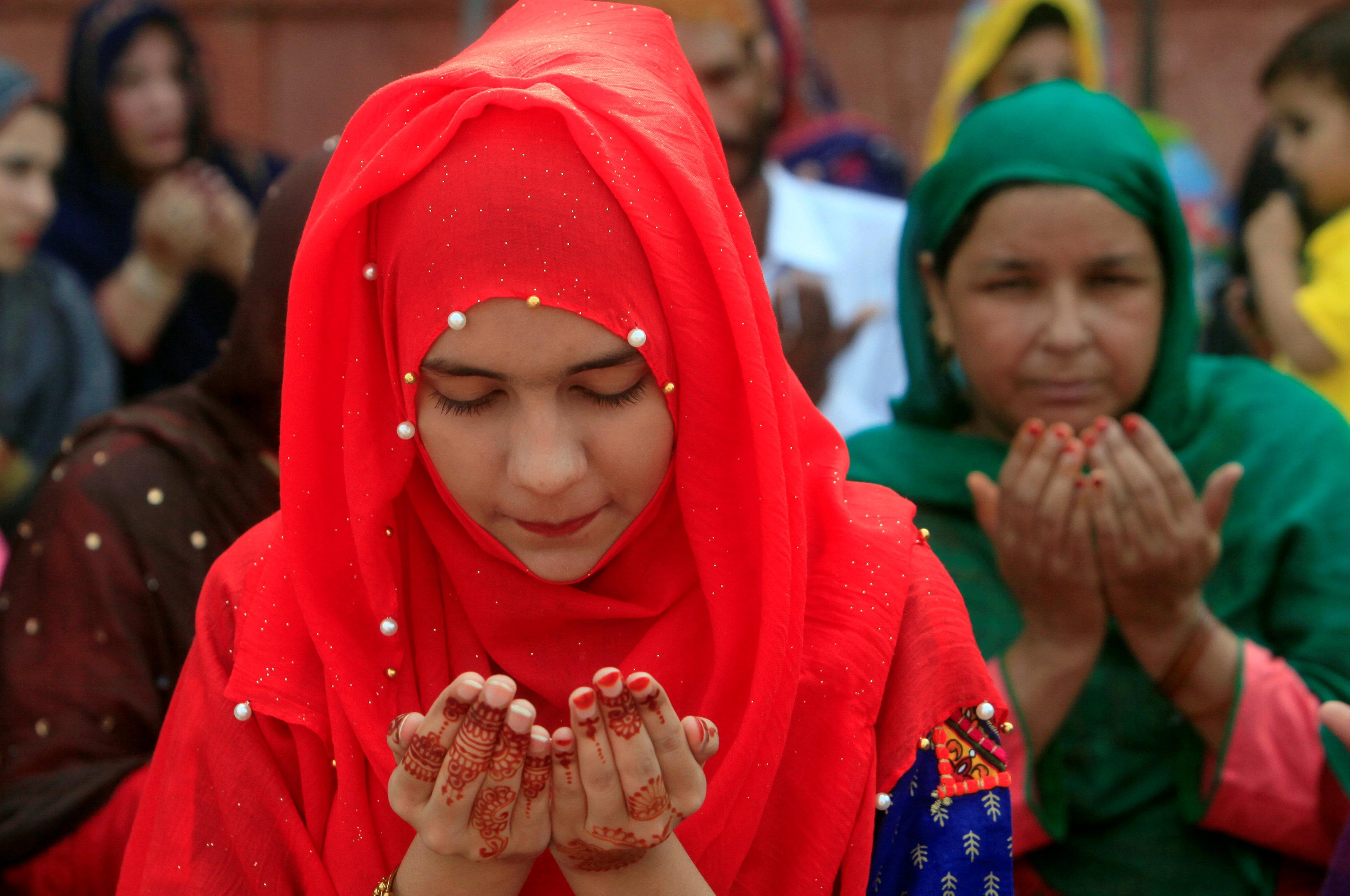 فتاة مسلمة تودى صلاة العيد فى باكستان
