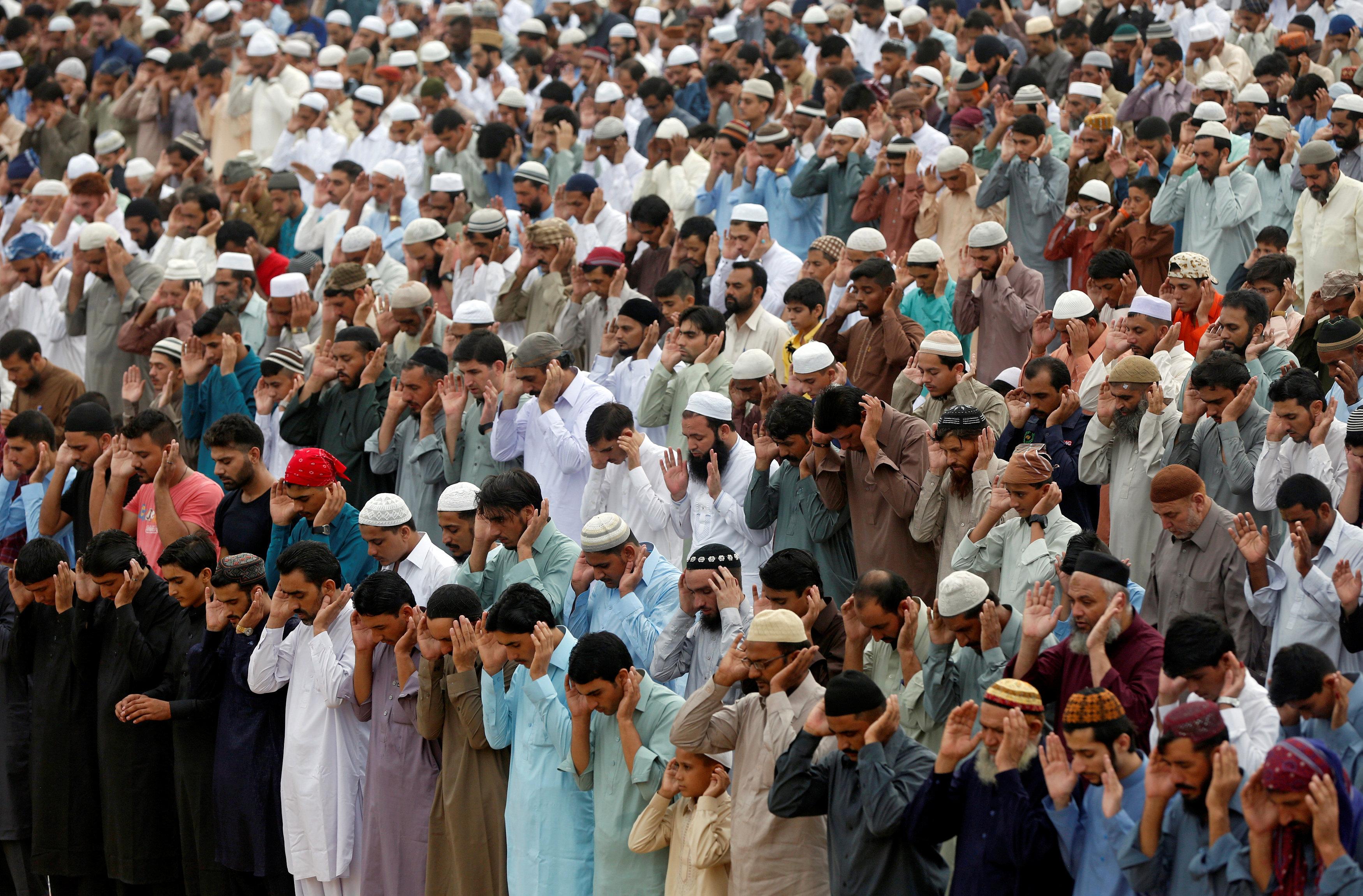 مواطنون يؤدون صلاة العيد فى باكستان