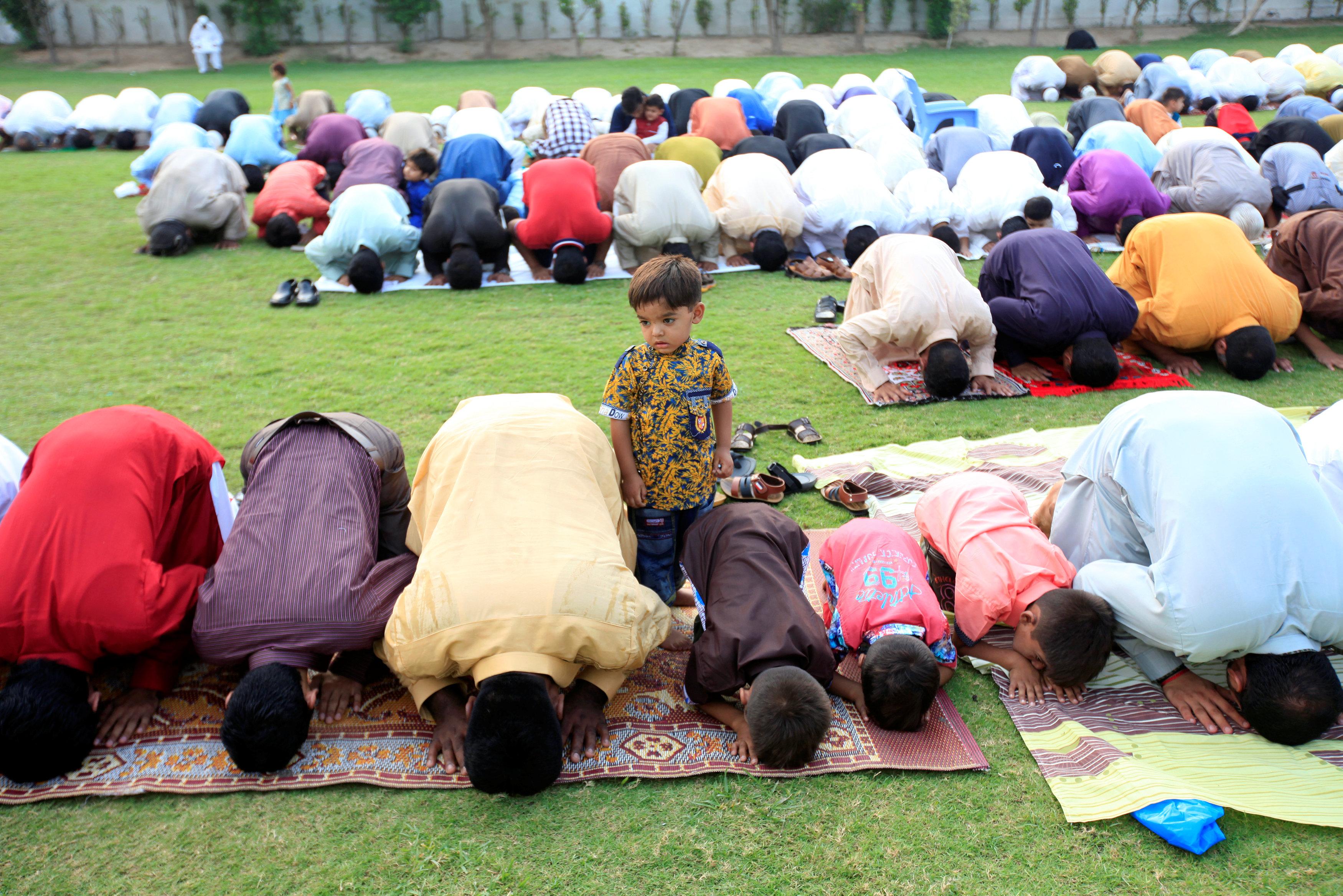 مسلمون يؤدون صلاة العيد فى باكستان