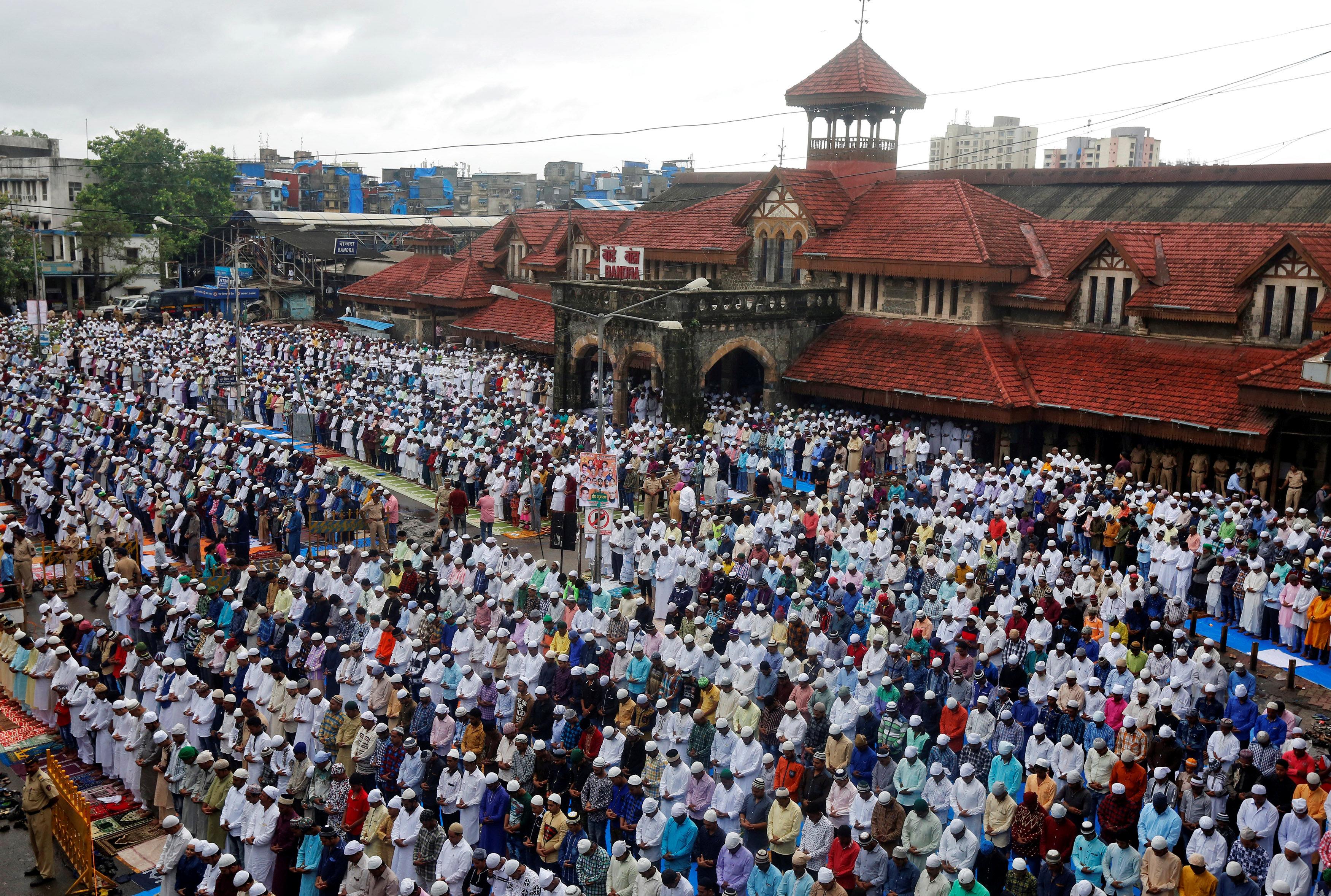 جانب من أداء الصلاة فى الهند