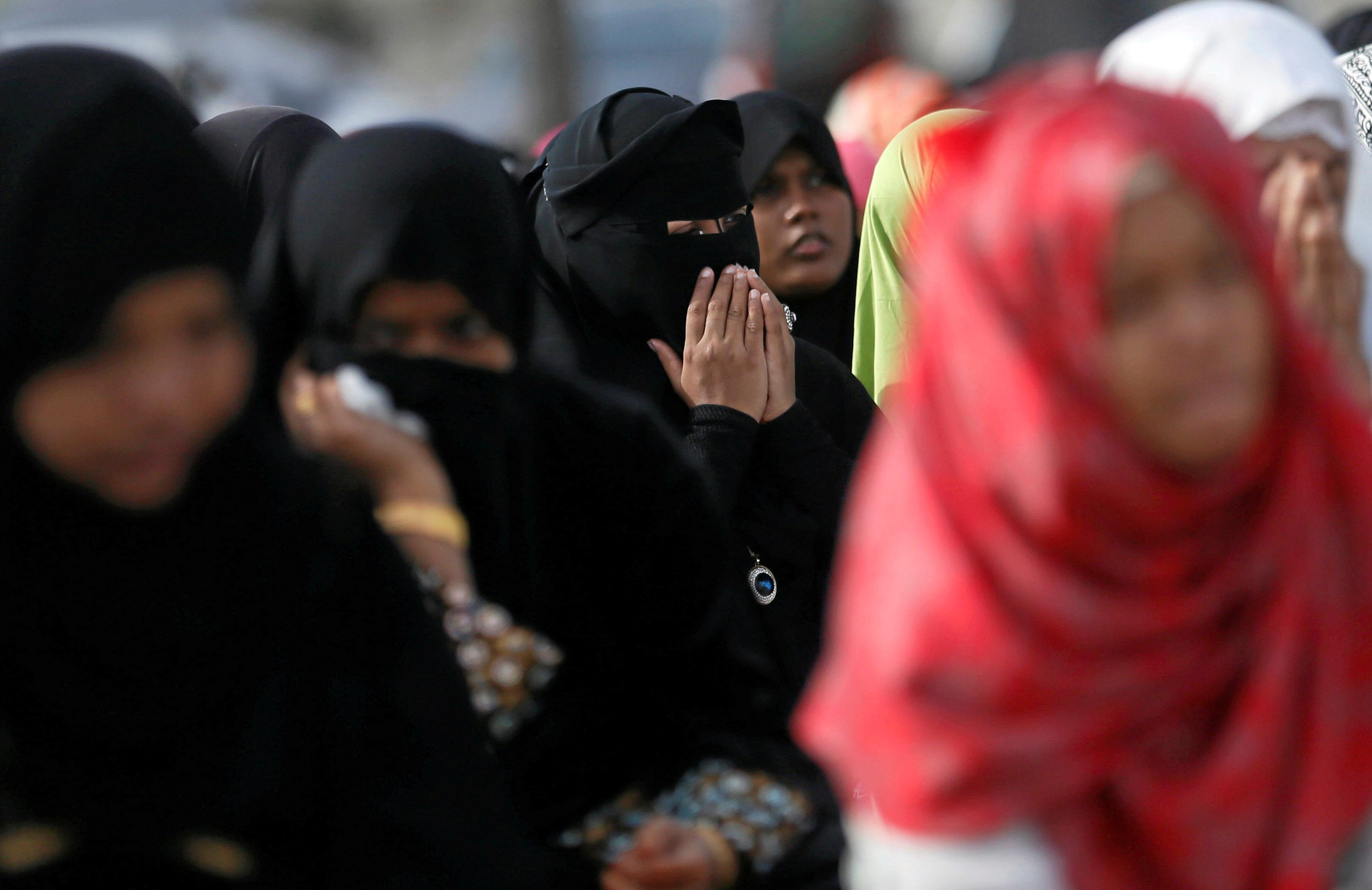 فتيات يؤدون صلاة العيد فى سيريلانكا