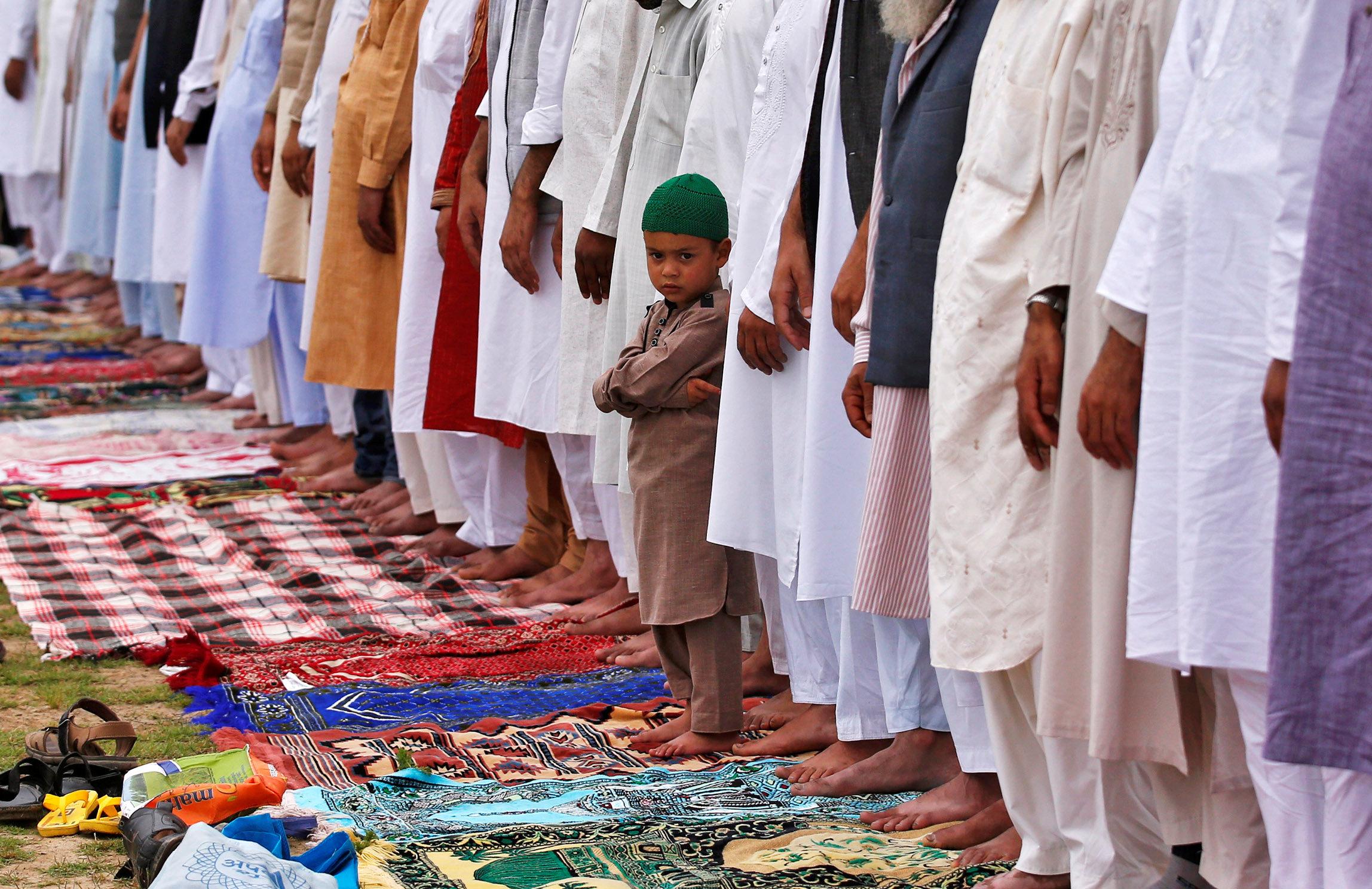 طفل هندى يؤدى صلاة العيد