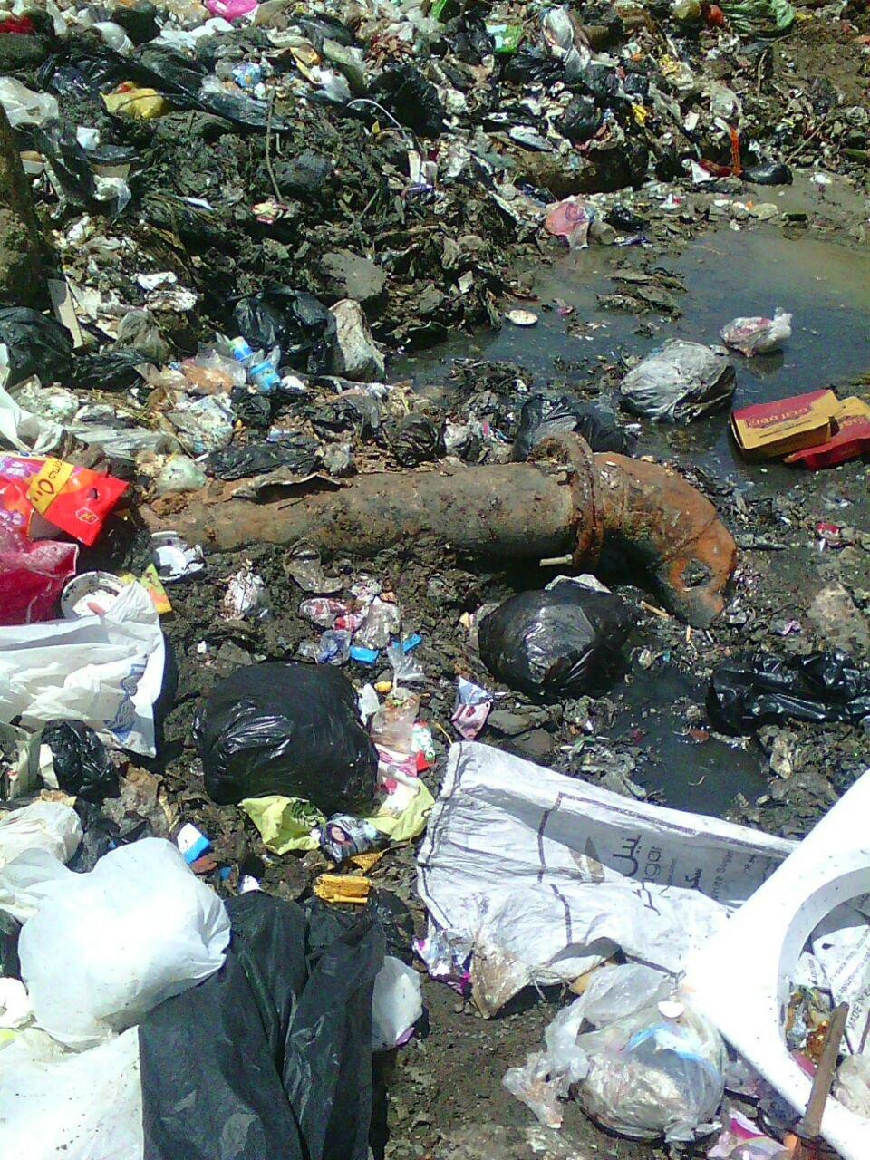 القمامة تختلط بمياه الصرف