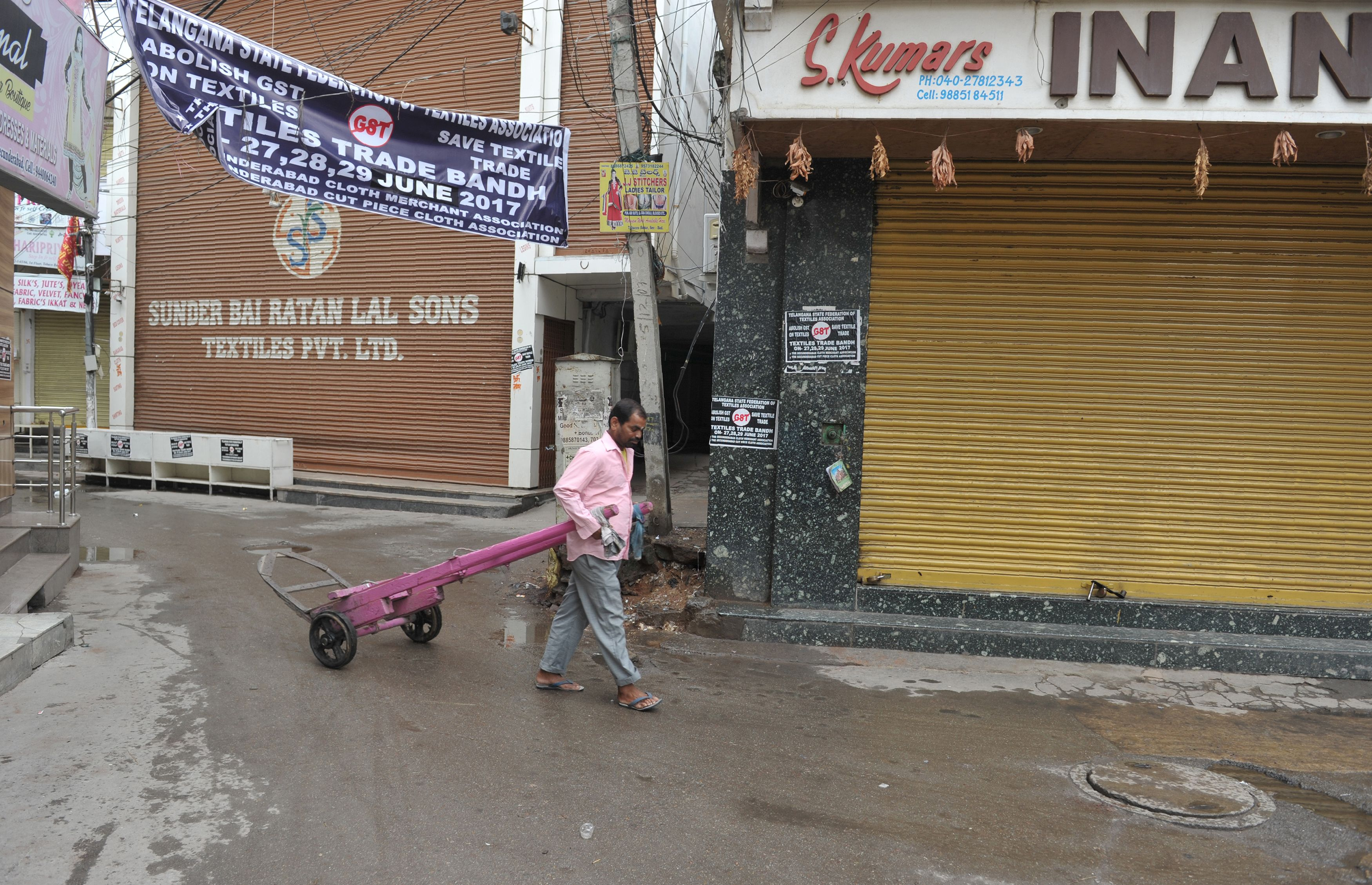 تجار شاركون فى الإضراب بغلق محلاتهم
