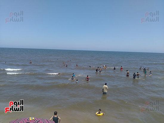 1-المواطنون-داخل-البحر