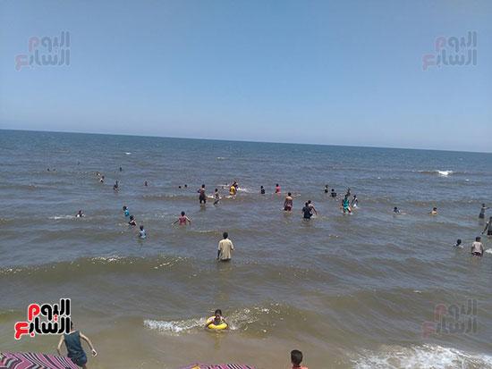 4-إقبال-المواطنين-على-الشاطئ