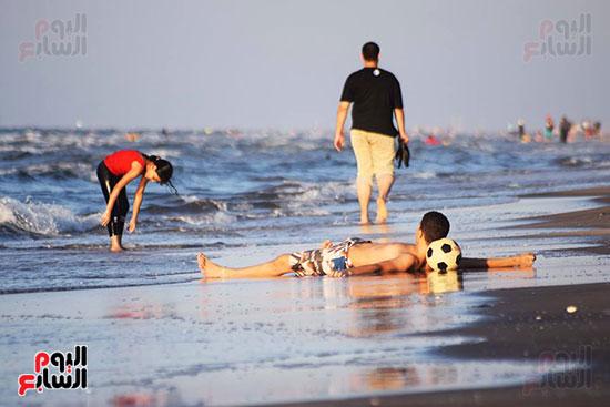 13-الإسترخاء-في-ظل-توافد-الزوار-للشاطئ