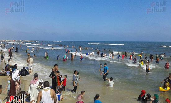 إقبال كبير على شاوطئ مصيف بلطيم