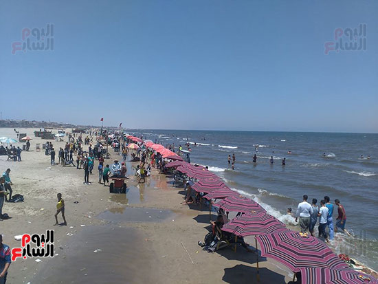 2-إقبال-المواطنين-على-الشاطئ
