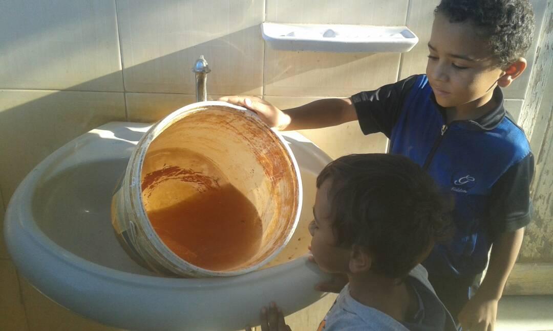 طفل يظهر مدى تلوث المياه