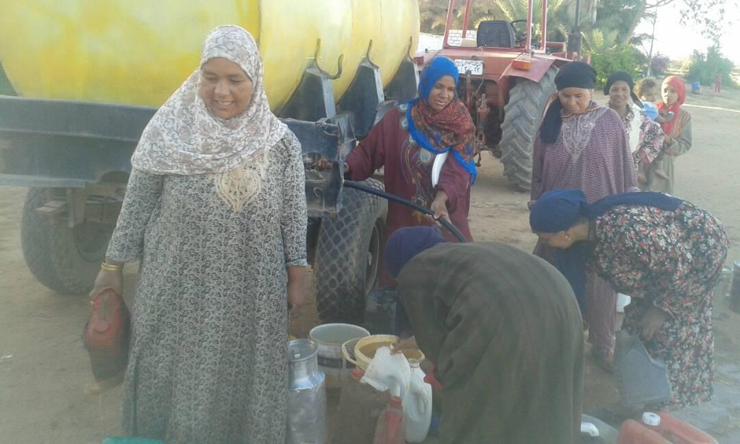 نساء القرية يملأن المياه من الفنطاس