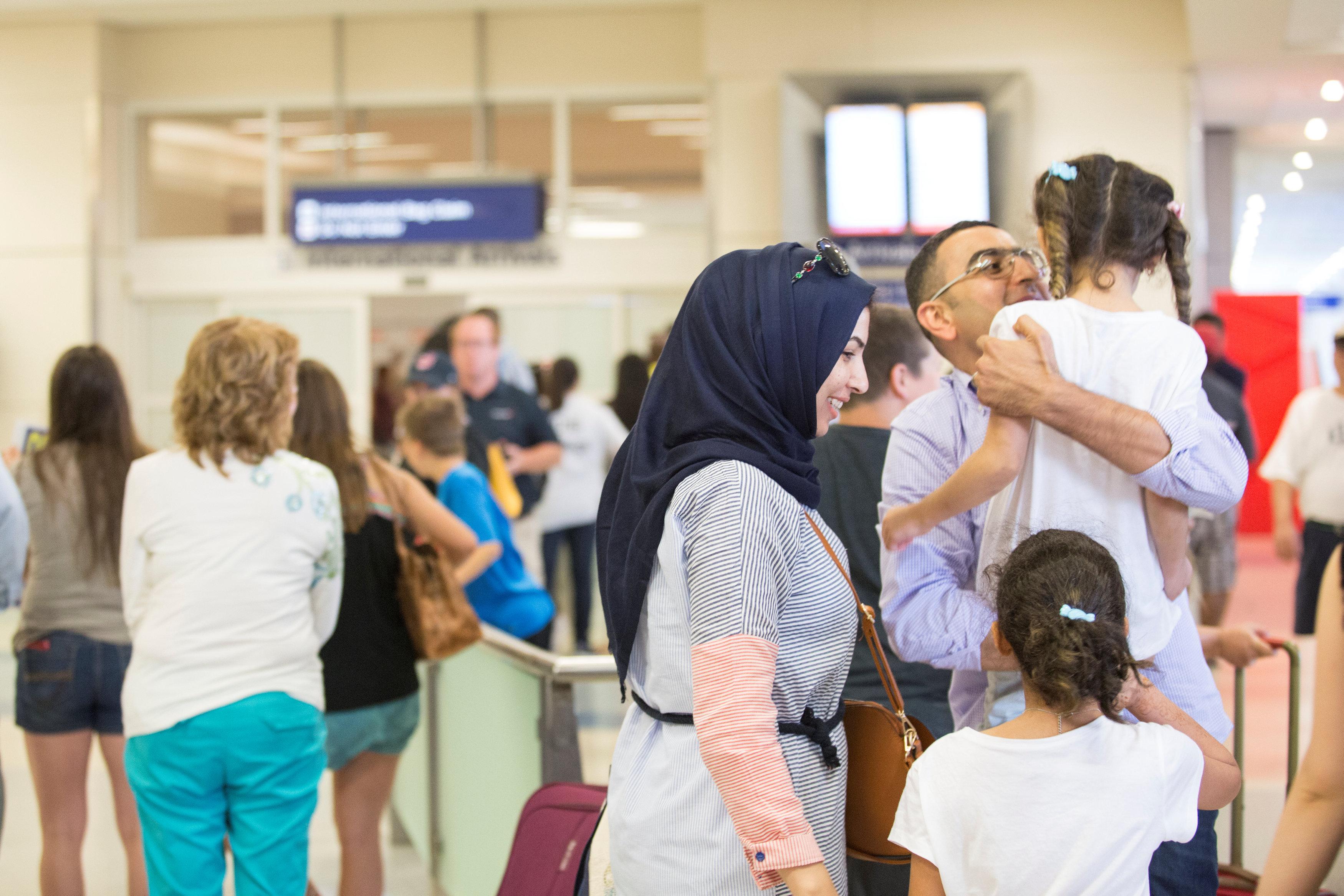 أسرة تصل إلى مطار دالاس فورت