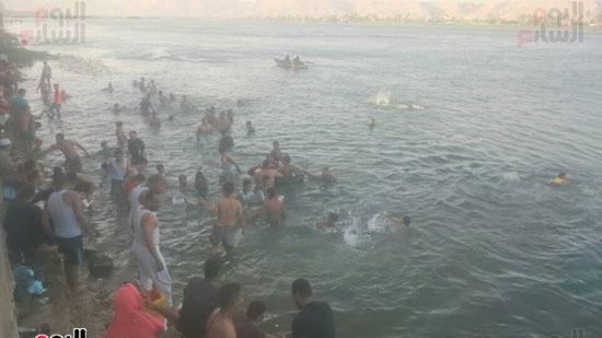 جانب من سباحه الاطفال والشباب بنهر النيل بقنا
