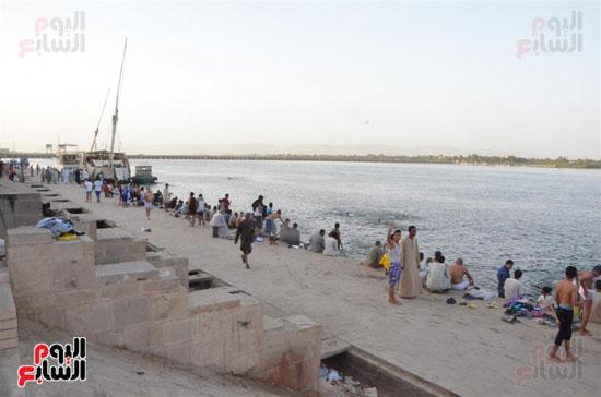 الاهالي يسبحون في النيل خلال فصل الصيف