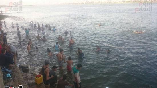 الشباب والأطفال بقنا أثناء الأستحمام فى نهر النيل