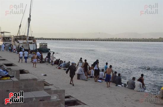أبناء الأقصر يهربون من حرار الجو بالإستحمام في مياة النيل