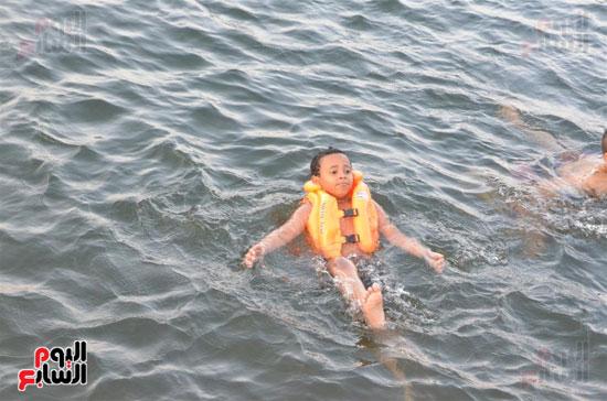 الهروب من الحر في مياة النيل بالاقصر