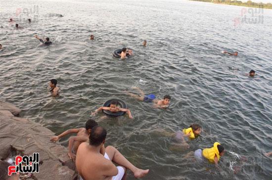 السباحة في نهر النيل بمحافظة الاقصر