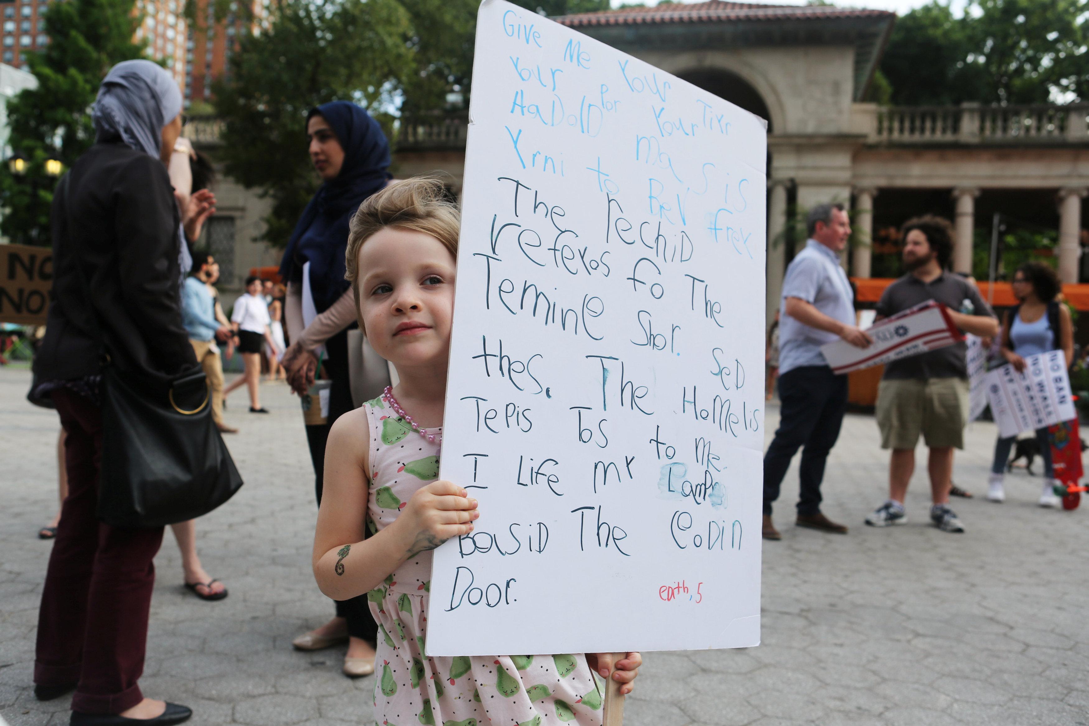 لافتة عن قرار الحظر الرئاسى