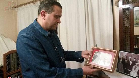 علاء حسنى يستعرض صورة لجده