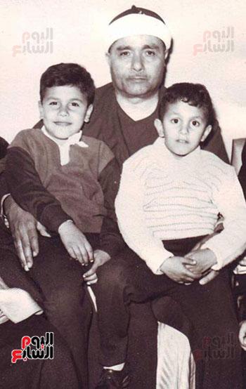 علاء حسنى وشقيقه مع جدهما الشيخ مصطفى اسماعيل