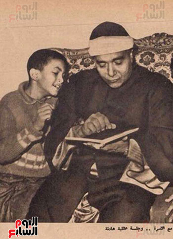 الشيخ مصطفى اسماعيل مع حفيده علاء حسنى