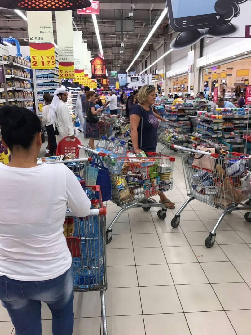 تكدس المواطنين بمتاجر قطر  (2)
