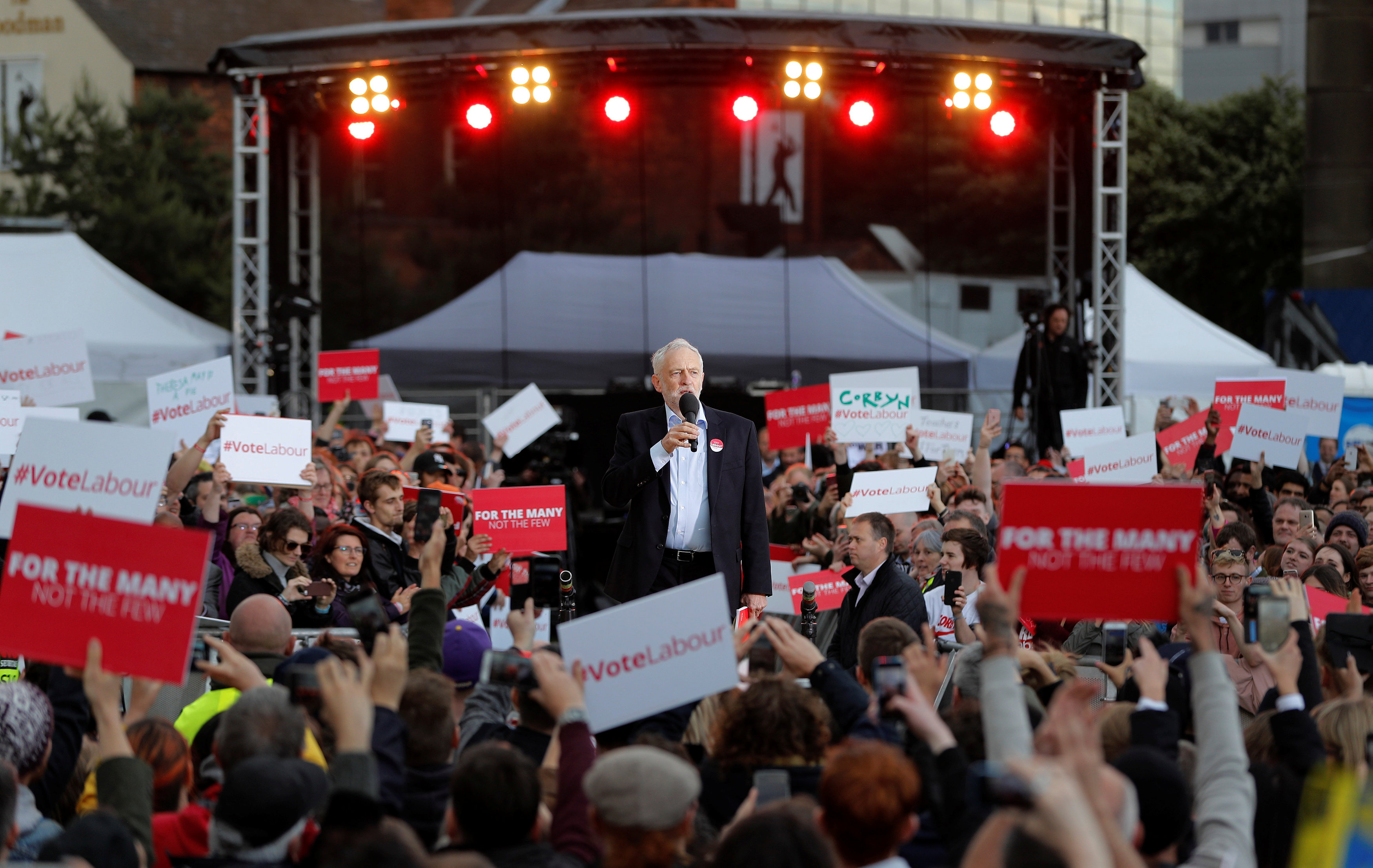 جيريمي كوربين زعيم حزب العمل المعارض يتحدث إلى مؤيديه