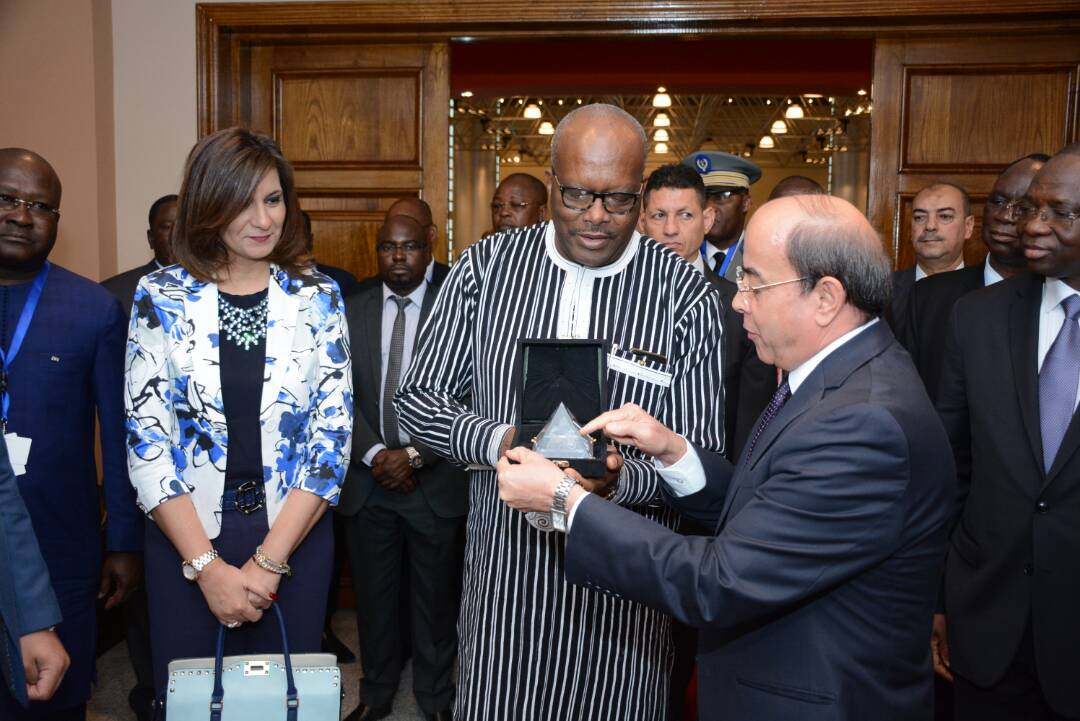 رئيس الهيئة القومية للإنتاج الحربى يهدى درع تكريم لرئيس بوركينا فاسو